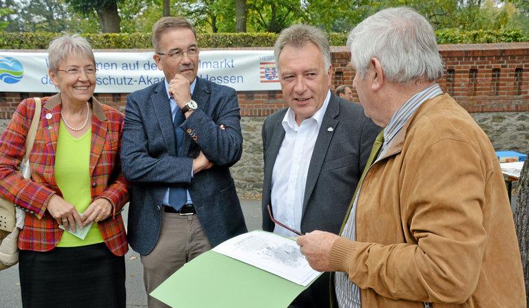Gießens Bürgermeisterin Gerda Weigel-Greilich (v.l.) und Wetzlars Oberbürgermeister Manfred Wagner verfolgen die Ehrung von Bürgermeister Wolfgang Keller durch den Vorsitzenden Horst Ryba (Foto: Rühl)